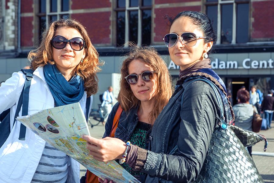 Frei Frauen gucken sich einen Stadtplan von Amsterdam an
