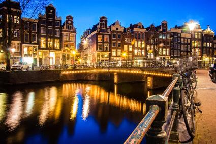 Kanal in Amsterdam bei Abenddämmerung