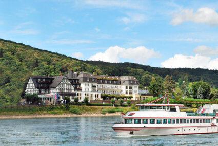 Rheinhotel Vier Jahreszeiten Bad Breisig Außenansicht mit Rhein und Schiff im Vordergrund