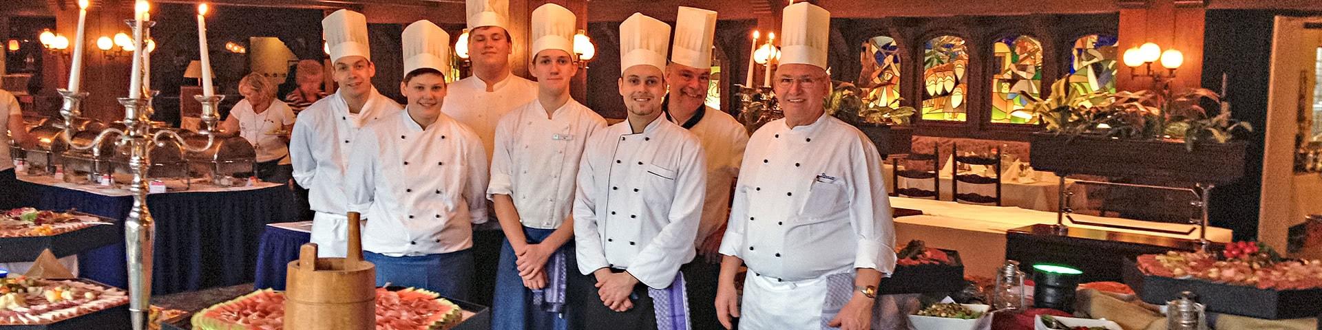 Sieben Köche stehen hinter einem großen Buffet am Blueberry Hill