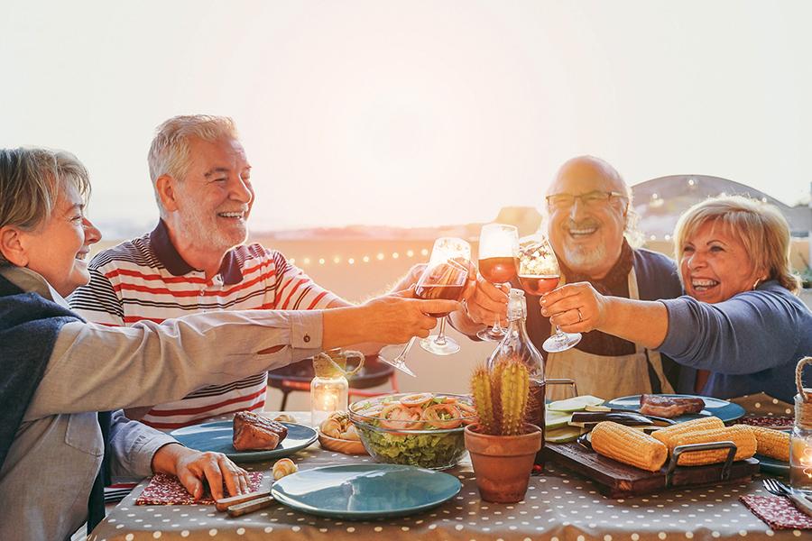 Zwei Pärchen sitzen zusammen in einem Restaurant in Bremerhaven und essen und trinken zusammen