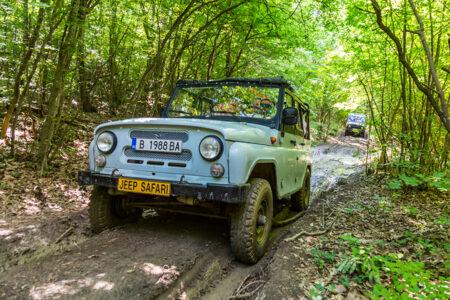 Ein Jeep fährt durch die wilde Natur in Bulgarien