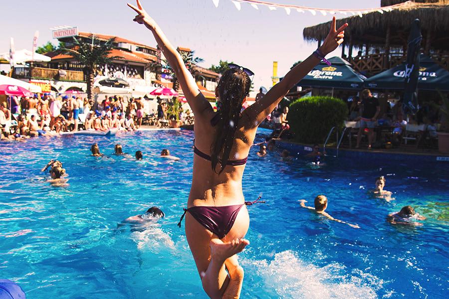 Frau springt in den Pool im Dolphin Megapark in Bulgarien
