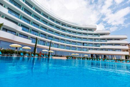 Außenansicht mit Pool vom Astoria Mare Hotel in Bulgarien