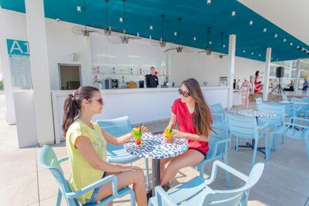 Zwei Frauen trinken ein Cocktail an der Außenbar im Hotel Astoria Mare in Bulgarien