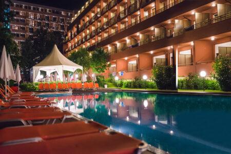 Außenansicht mit Pool vom Hotel Gladiola Star bei Nacht