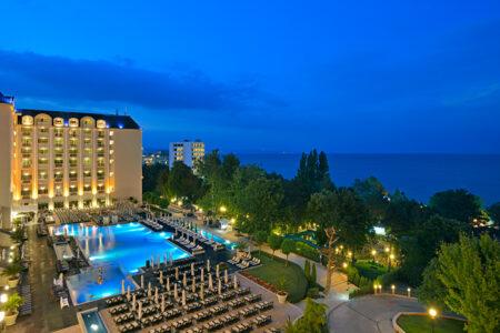Außenansicht mit Pool vom Hotel Melia Grand Hermitage in Bulgarien