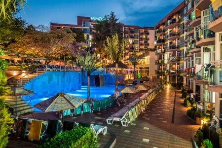 Außenansicht mit Pool vom COOEE Mimosa Sunshine Hotel in Bulgarien bei Dämmerung