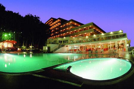 Außenansicht mit Pool vom Hotel Pliska in Bulgarien bei Dämmerung