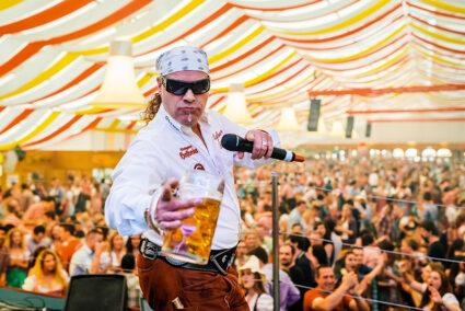 Ein Künster auf der Bühne in einem Festzelt auf den Cannstatter Wasen