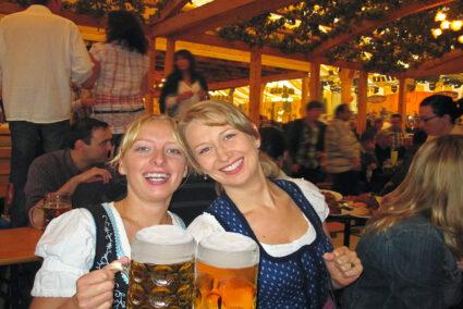 Zwei Frauen mit einem Maß Bier in einem Festzelt auf den Cannstatter Wasen