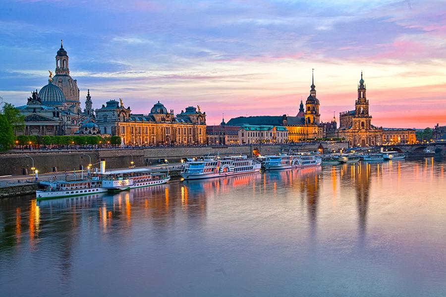 Elbufer an der Altstadt von Dresden bei Sonnenuntergang