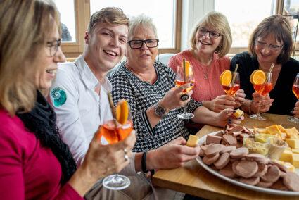 Gut gelaunte Gruppe im Nautilus aan Zee in Egmond aan Zee