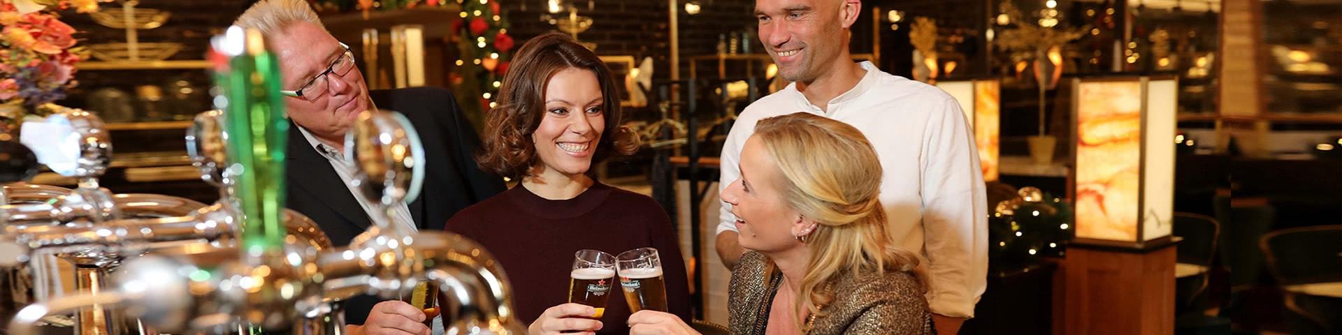 Gruppe an der Bar in der Brasserie in Egmond aan Zee