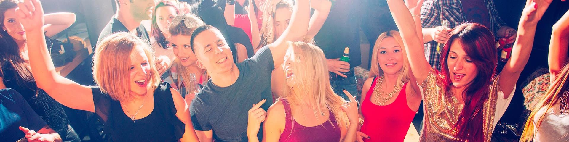 Feiernde und tanzende Menschen beim Schlagerfinale in Egmond aan Zee