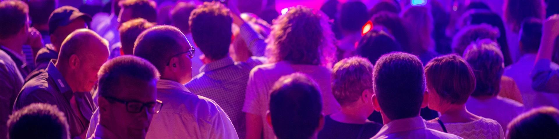 Menschen vor der Bühne beim Schlagerfinale in Egmond aan Zee