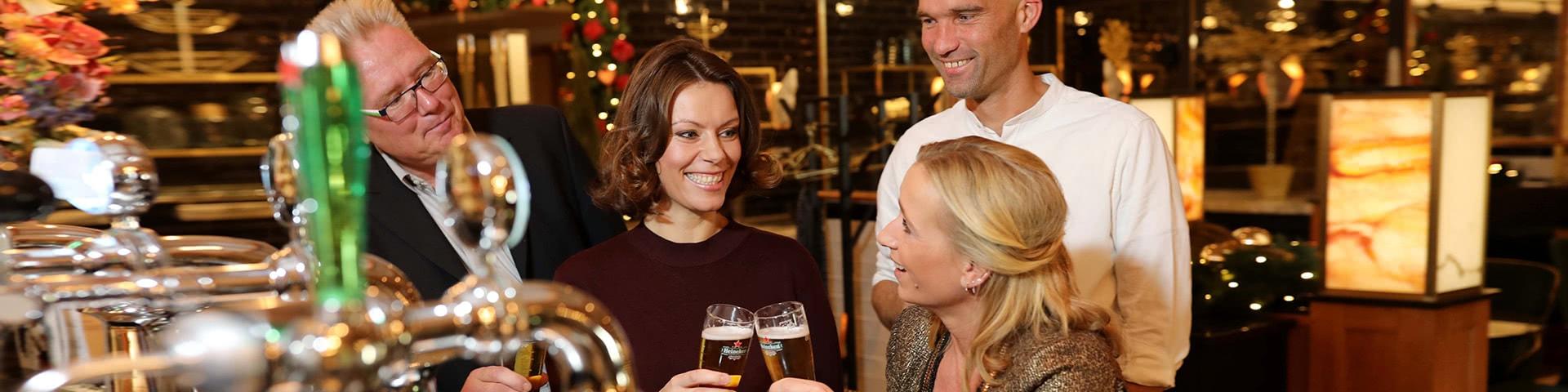 Gruppe an der Bar in der weihnachtlich geschmückten Brasserie