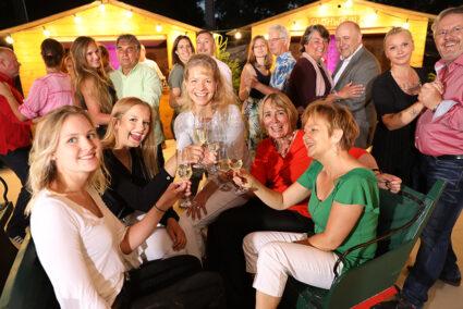 Frauengruppe sitzt in einem Schlitten und trinkt gemiensam Sekt auf dem Weihnachtsmarkt in Egmond aan Zee