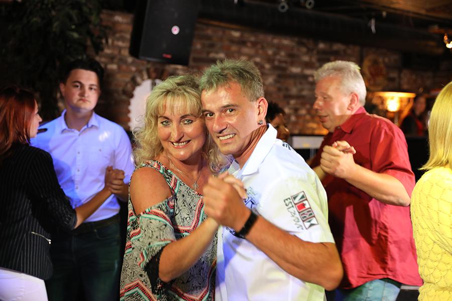 Pärchen tanzt zusammen in der Disco La Cabe in Grefrath
