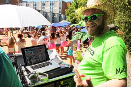 DJ macht Musik auf einer Beach-Party in Hallorca