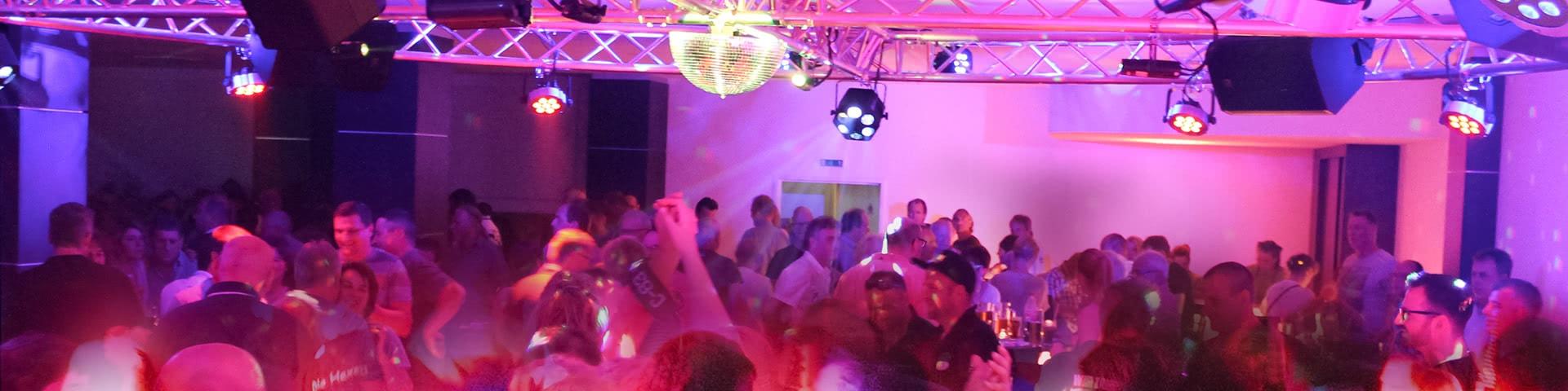 Volle Tanzfläche auf einer Party in Hallorca