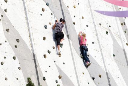 Zwei Frauen an einer Kletterwand in Kalkar