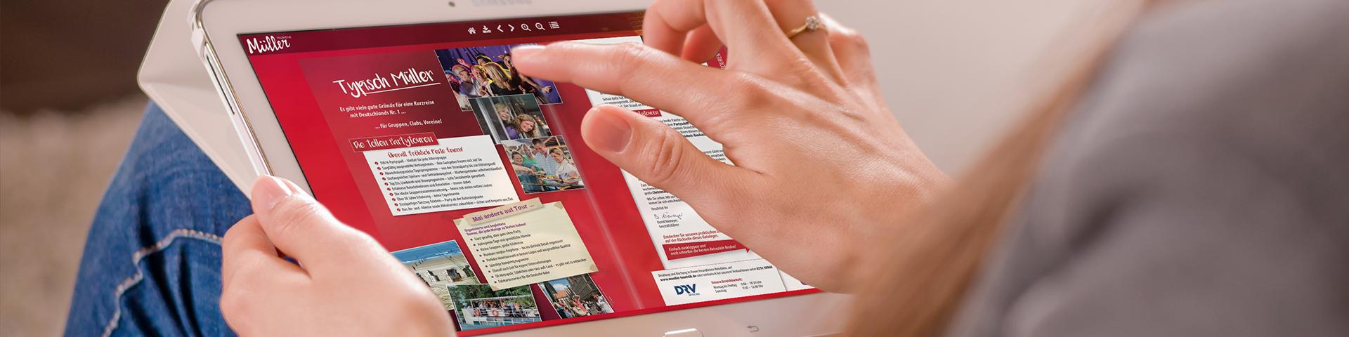 Frau surft mit Tablet auf Müller-Website