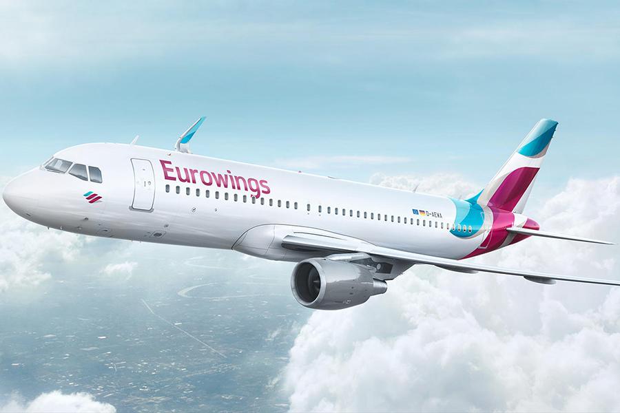 Eurowings-Flugzeug fliegt über den Wolken