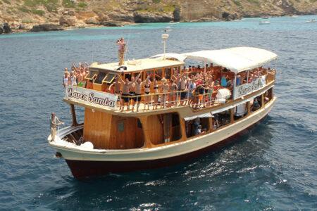 Feiernde Menschen auf dem Partyboot Barca Samba auf Mallorca