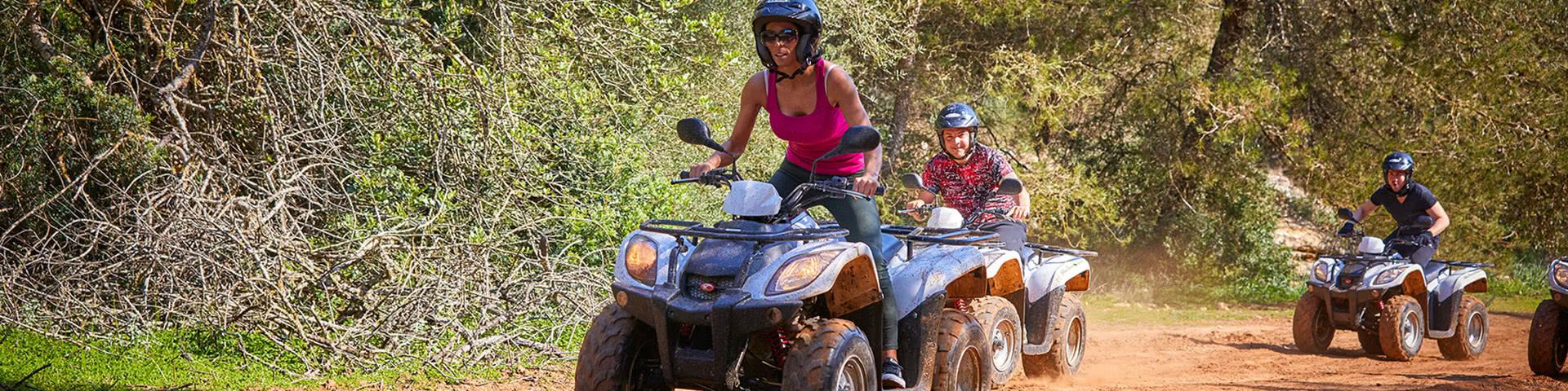 Gruppe fährt gemeinsam Quad auf Mallorca