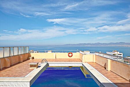 Pool mit Blick auf das Meer im Hotel MLL Caribbean Bey auf Mallorca