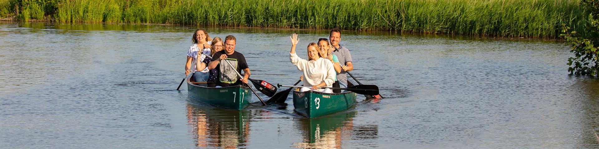 Gut gelaunte Gruppe fährt Kanu in Neuharlingersiel