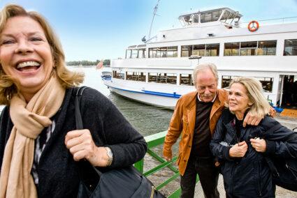 Gut gelaunte Gruppe verlässt ein Schiff in Neuwied