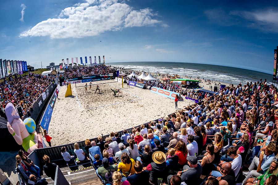 Beachvolleyball-Spiel mit vielen Zuschauern am Strand von Norderney beim