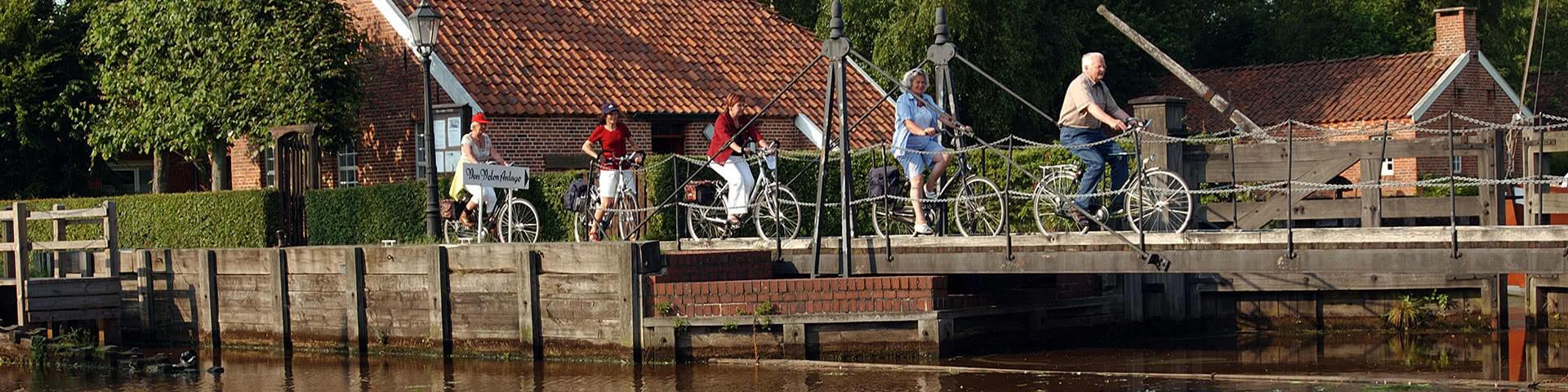 Radfahrer fahren durch die Von-Velen-Anlage in Papenburg
