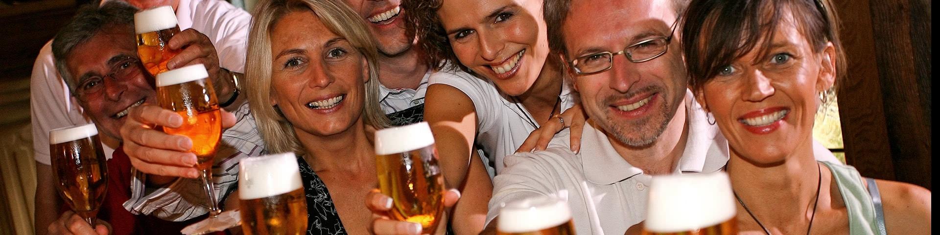 Gruppe trinkt gemeinsam Bier im U-Fleku in Prag