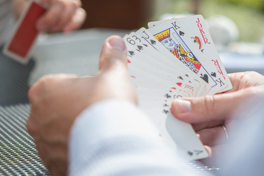 Hände halten Spielkarten