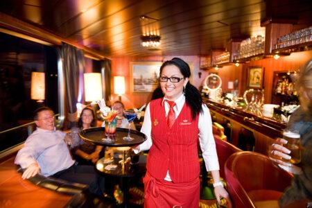 Kellnerin serviert Cocktails auf der MPS Statendam