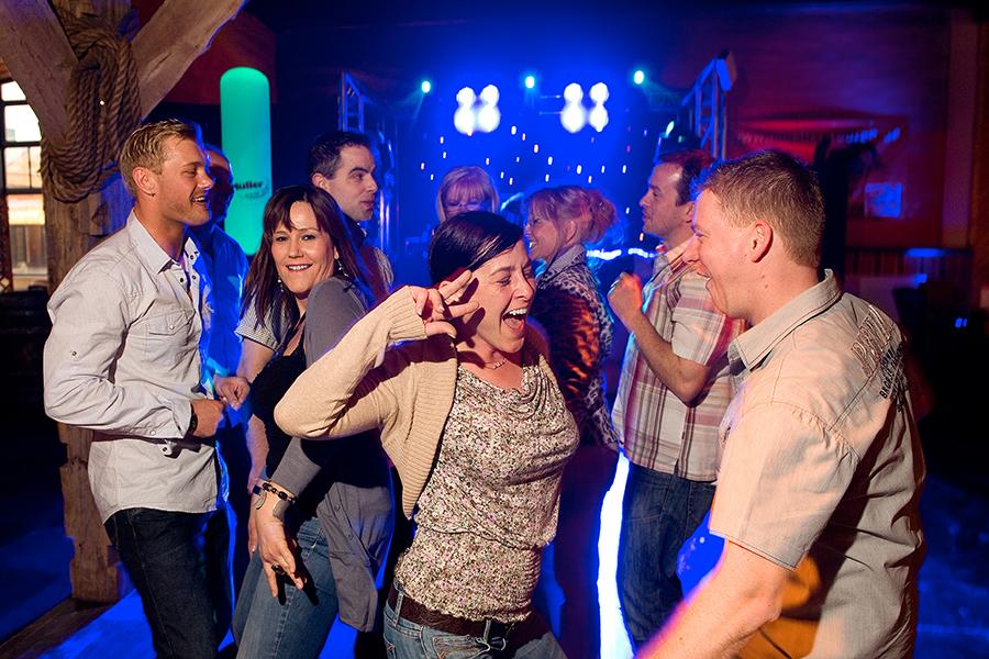Menschen tanzen ausgelassen im Wangerland