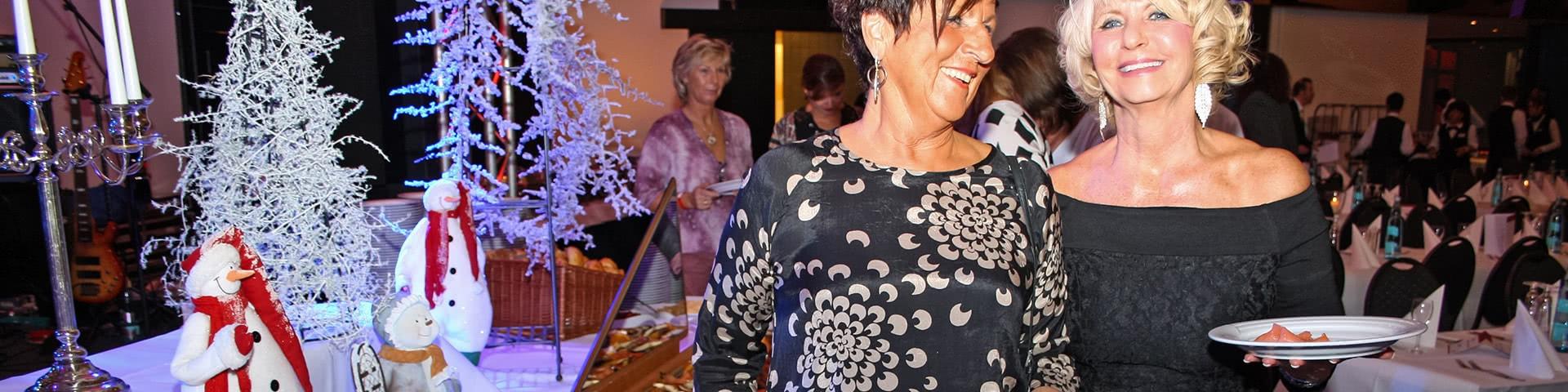Zwei Frauen am Buffet beim Abschlussfest in Willingen