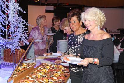 Frauen bedienen sich am Buffet beim Abschlussfest in Willingen