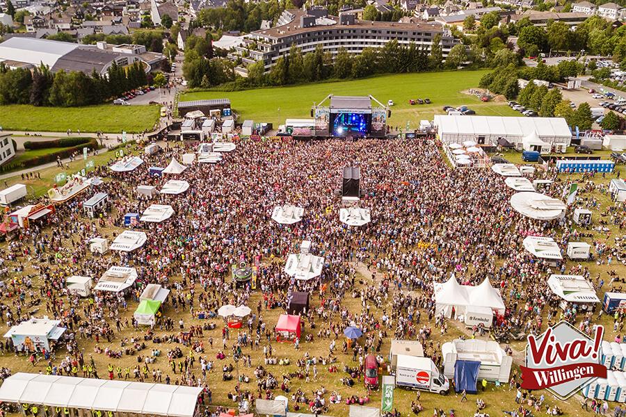Luftbild volle Veranstaltungsfläche SchlagerStern Willingen