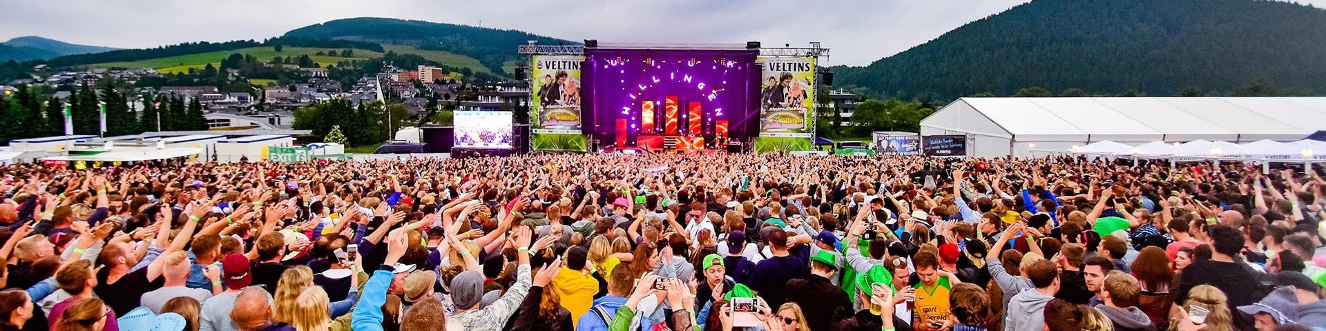 Viele Menschen auf der Veranstaltungsfläche von Viva Willingen